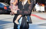 克莉茜·泰根雙手抱娃掃貨,時尚穿搭盡顯潮流辣媽範
