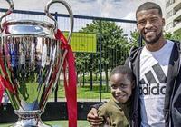 沒被槍聲毒品毀掉的歐冠冠軍!現在,他為社區翻修了一個球場