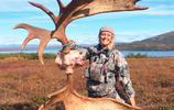 女子晒同伴獵殺駝鹿的照片引眾怒,被網友指責沒人性