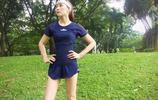 高小琴扮演者胡靜酷愛健身,穿藍色T恤加短褲大秀美腿