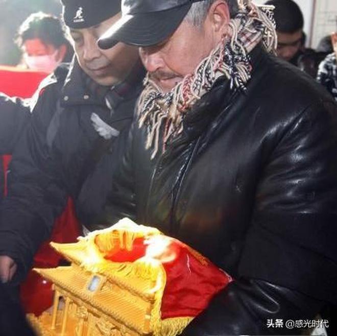 實拍:趙本山父親葬禮,範偉到場萬人送別,骨灰盒成最大亮點!