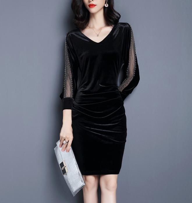 媽媽穿著顯瘦時髦的連衣裙,參加同學聚會,倍有面子