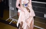 72屆戛納:賽琳娜白裙+紅脣儀態滿分,艾麗範寧一襲粉裙優雅高貴