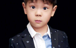范冰冰是他的乾媽,半個娛樂圈都是他家親戚,卻仍舊那麼低調!