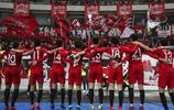 上港戰勝江蘇蘇寧迎來聯賽兩連勝,賽後上港球員一起致謝到場球迷