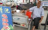 8旬老人街上擺攤賣粽子,一元一個不為掙錢,聽聽他咋說?