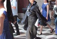 劉嘉玲這麼緊的皮裙都敢穿,還不如64歲趙雅芝隨便一穿有氣質