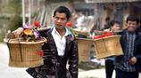 侗族農村人家傳統婚禮至今已有數千年,送親隊伍百人挑禮擔太熱鬧