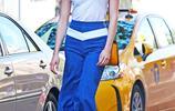 一股清流!卡莉·克勞斯白T藍褲帥氣秀長腿 街拍甩髮分分鐘美成畫