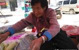 78歲老人跪街擺菜攤賣菜,每種菜一斤只掙2毛錢,生意紅火