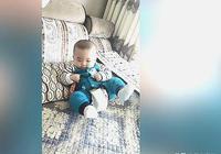 一歲寶寶玩玩具,把玩具摟在懷裡,玩具掉了很難過,寶寶太可愛了