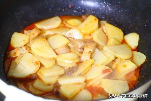 幹鍋土豆片這樣做,不用油炸,不用煎,吃起來外焦裡嫩、香辣下飯