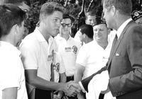 比爾·克林頓和約翰·肯尼迪,1963年的握手背後的故事!