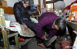 70歲夫妻為了完成兒子的遺願,用三輪拉著兒子去醫院捐獻眼角膜