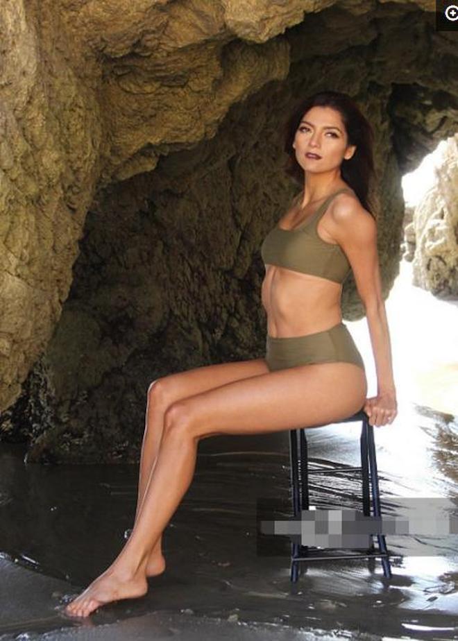 海邊拍攝主題寫真的歐美女星,寓工作於娛樂的她享受當前工作狀態