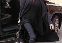 安吉麗娜·朱莉全黑造型霸氣十足 大步流星不誤手中抱書