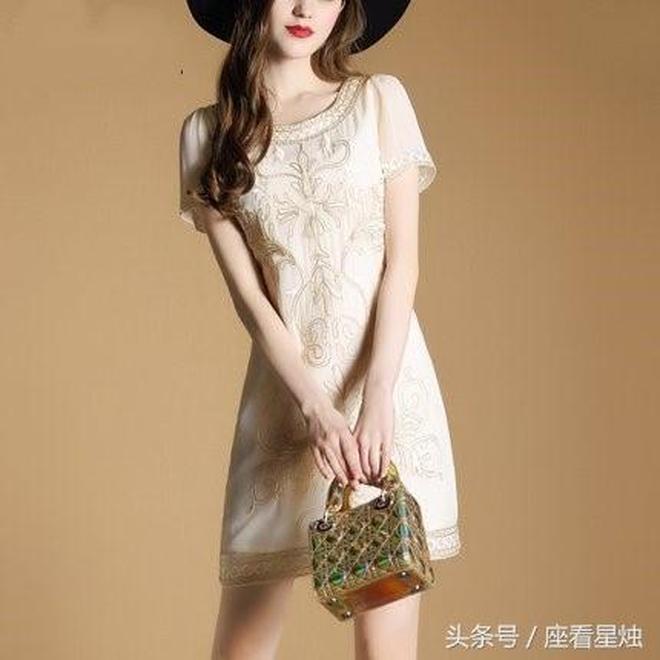滿是貴族氣質的收腰通勤印花連衣裙,肩比修身顯瘦A字裙,有氣質