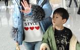 霍思燕攜帶兒子現身機場,嗯哼大王還是那麼呆萌可愛