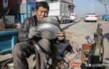 山東農村殘疾大哥老手藝30年,路邊擺攤賺錢,一天賺30多元