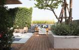 庭院設計:兩個庭院案例,有裝飾景牆和防腐木沙發的私家花園