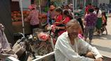 農村老人為了不拖累兒女,頂著40度太陽,集市上賣菜一天只能賺幾快錢