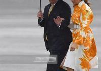 56歲雅子皇后送別客人,一身白比第一夫人還優雅,笑容倍顯親切
