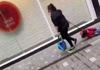 4歲孩子被親媽在地上拽著走,讓人氣憤後卻同情的替媽媽難受