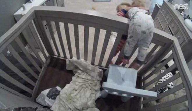 萌娃版越獄:3歲哥哥幫1歲弟弟逃出嬰兒護欄,果然還是老哥穩