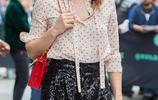 米拉·喬沃維奇優雅造型秀美腿,滿臉笑意親和接地氣