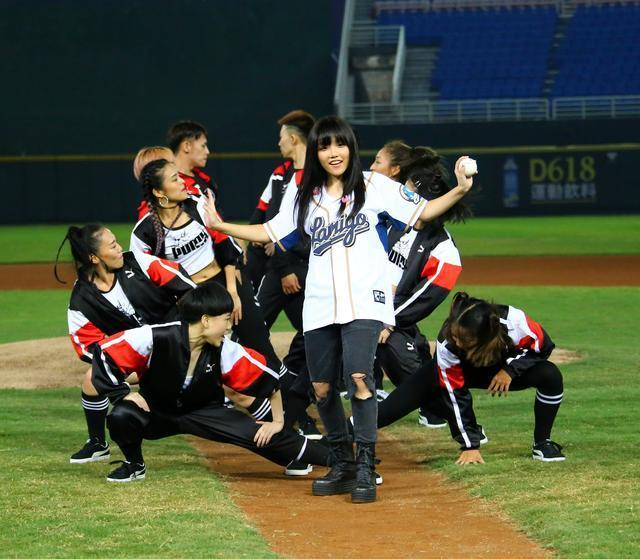 阿妹演唱會後安那爆紅 獲邀擔任開球嘉賓