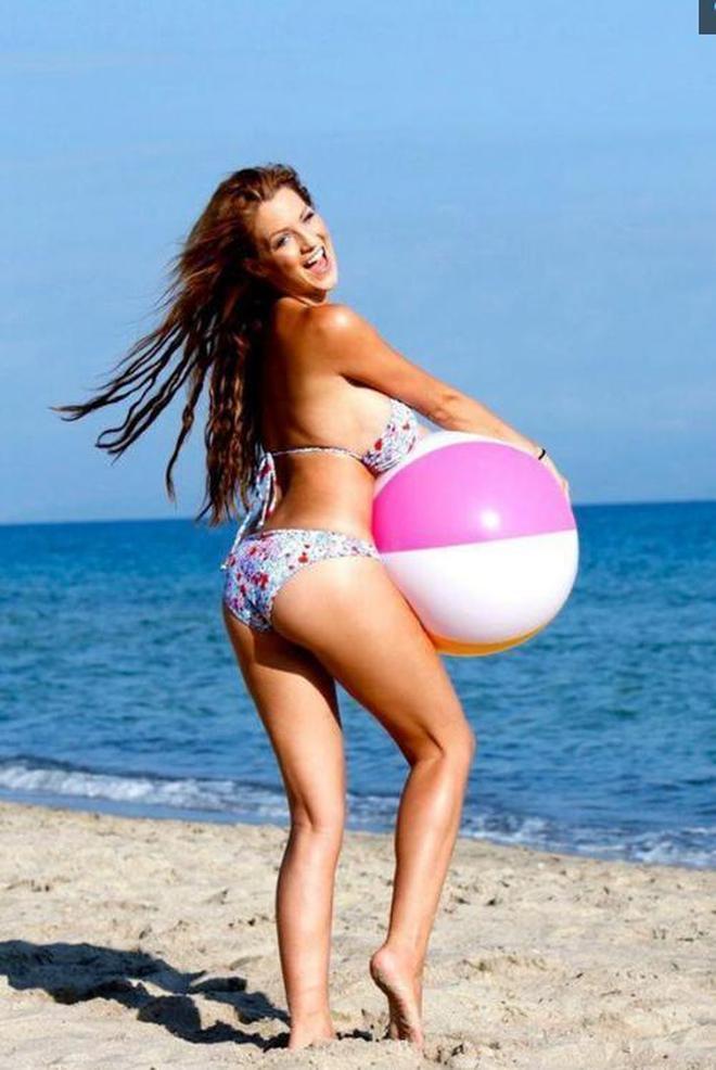 歐美女星海邊玩球,誰說海邊亮色最時髦,這個配色明明有趣又時髦