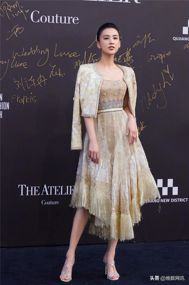 黃聖依身穿金色禮服出席時裝週,氣質,顏值不減當年!