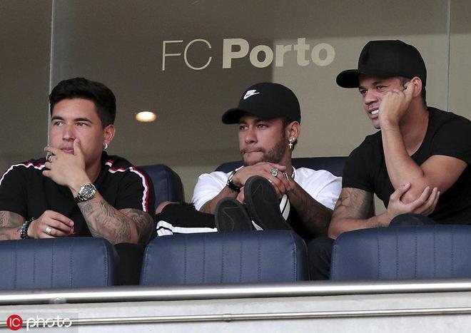 內馬爾看臺觀戰巴西隊友誼賽 帥氣笑容逐漸消失