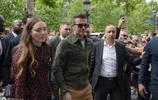 大衛·貝克漢姆街拍,軍綠色夾克搭配休閒褲,帥氣依舊滿滿紳士感