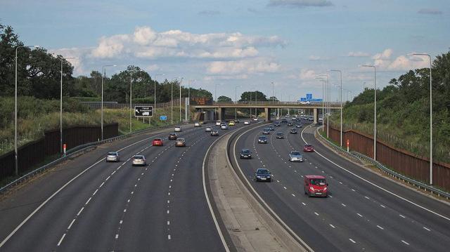 高速路上駕駛汽車,如何避免緊急剎車?新手需要注意這些