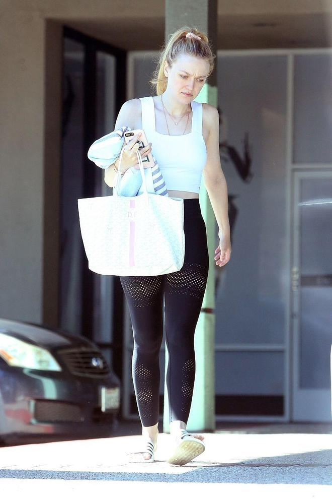 達科塔·範寧黑白運動穿搭秀性感好身材,扎利落高馬尾時尚又減齡
