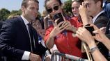 帥哥總統馬克龍出席活動 簽名合影拍不停實力寵粉