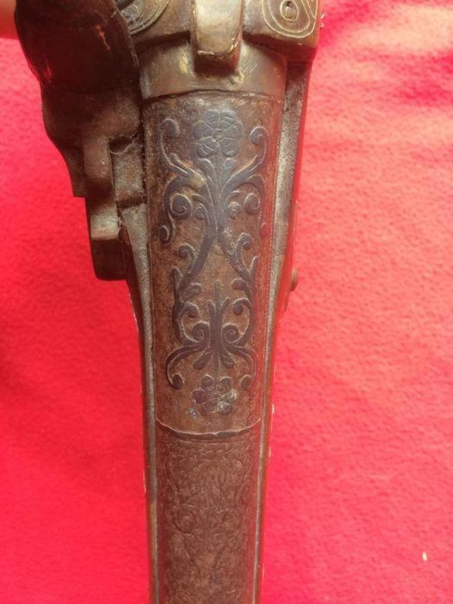 印度尼西亞帶有濃濃異教風情的燧發槍,槍尾上雕刻著狗頭和人頭