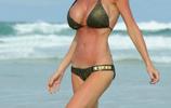 海邊玩衝浪的歐美女星,一個浪頭打過來飛出去幾米遠