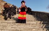 """""""劈柴背磚""""山裡女孩成網紅,被邀坐飛機進京,還揹著揹簍爬長城"""