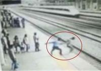 實拍:女大學生動車進站瞬間跳軌 客運員死命拽回……