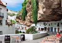 小鎮被壓在巨石下600多年,居民享受在此生活,卻唯獨害怕下雨天