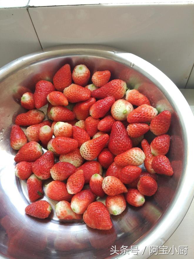 阿寶生日老婆親手給做的蛋糕,草莓多得不忍直視,但味道卻滿是愛