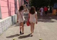 美女,你倆遛的萌寵是仔細的嗎,大街頭讓人看笑話了,尷尬不