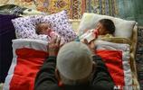 80歲大爺老來得子,年輕妻子誕下雙胞胎兒子,老人笑的合不攏嘴!