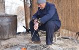 """80歲農村大爺土法燒製柿子酒,給錢不賣,他說:""""捨不得"""""""