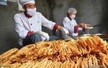 這種傳統小吃有捻頭粔籹細環餅等不同名稱,夫妻倆每天能賣兩百個