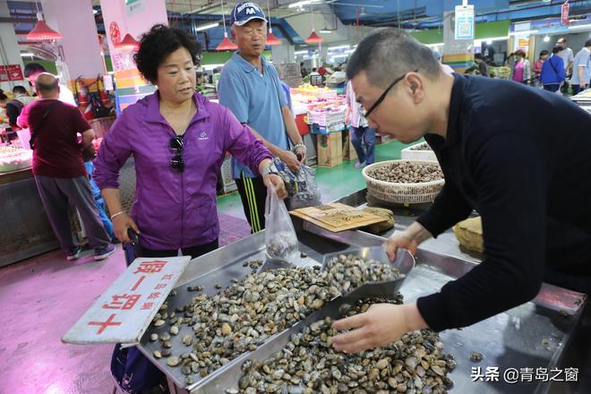 早市上 貝類海鮮熱賣 5元一斤的蛤蜊降價賣 一市民一次買了6斤