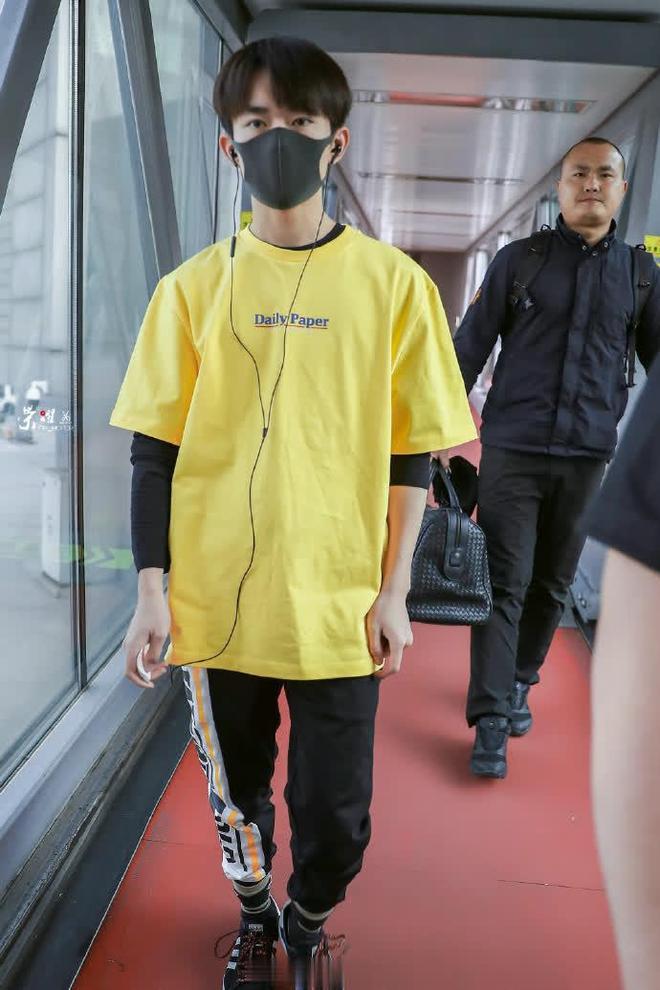 易烊千璽現身北京機場,黃色短袖黑色運動褲,運動感十足檸檬烊!