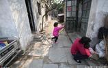 一家4口住在6平米的老房子裡,房租100一個月,6歲女娃至今未上學